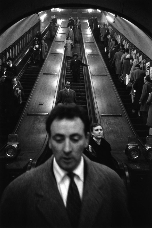 Life-On-The-Streets-Sergio-Larrain-04